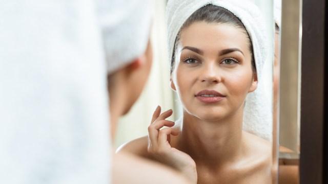 Muchas mujeres coincidieron que sentirse linda es un combo que contiene muchos factores (Shutterstock)