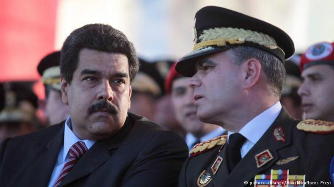 Vladimir Padrino López, ministro de Defensa, junto a Nicolás Maduro