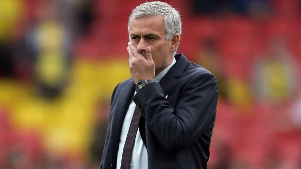 Mourinho, DT del Manchester United, tiene varios ojeadores a su disposición (AP)