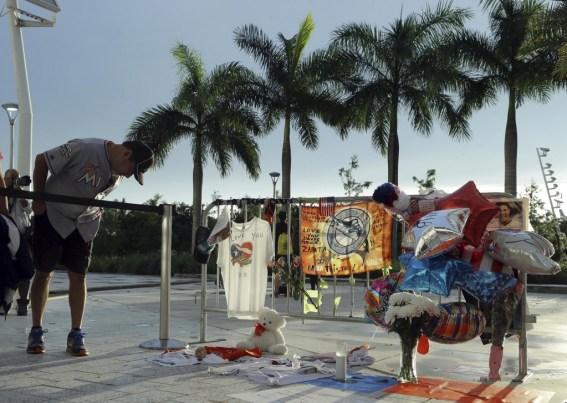Un hombre mira los objetos del memorial(AP)