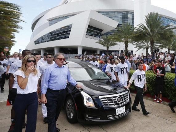 El dueño de los Miami Marlins Jeffrey Loria, a la izquierda,y el presidente del equipoDavid Samson, a la derecha (AP)