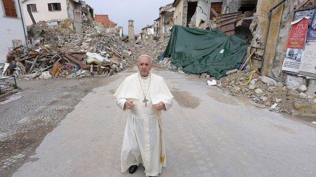 El 4 de octubre de 2016 el papa Francisco realizó una visita sorpresa a Amatrice, ciudad italiana arrasada por un terremoto el 24 de agosto de ese mismo año.