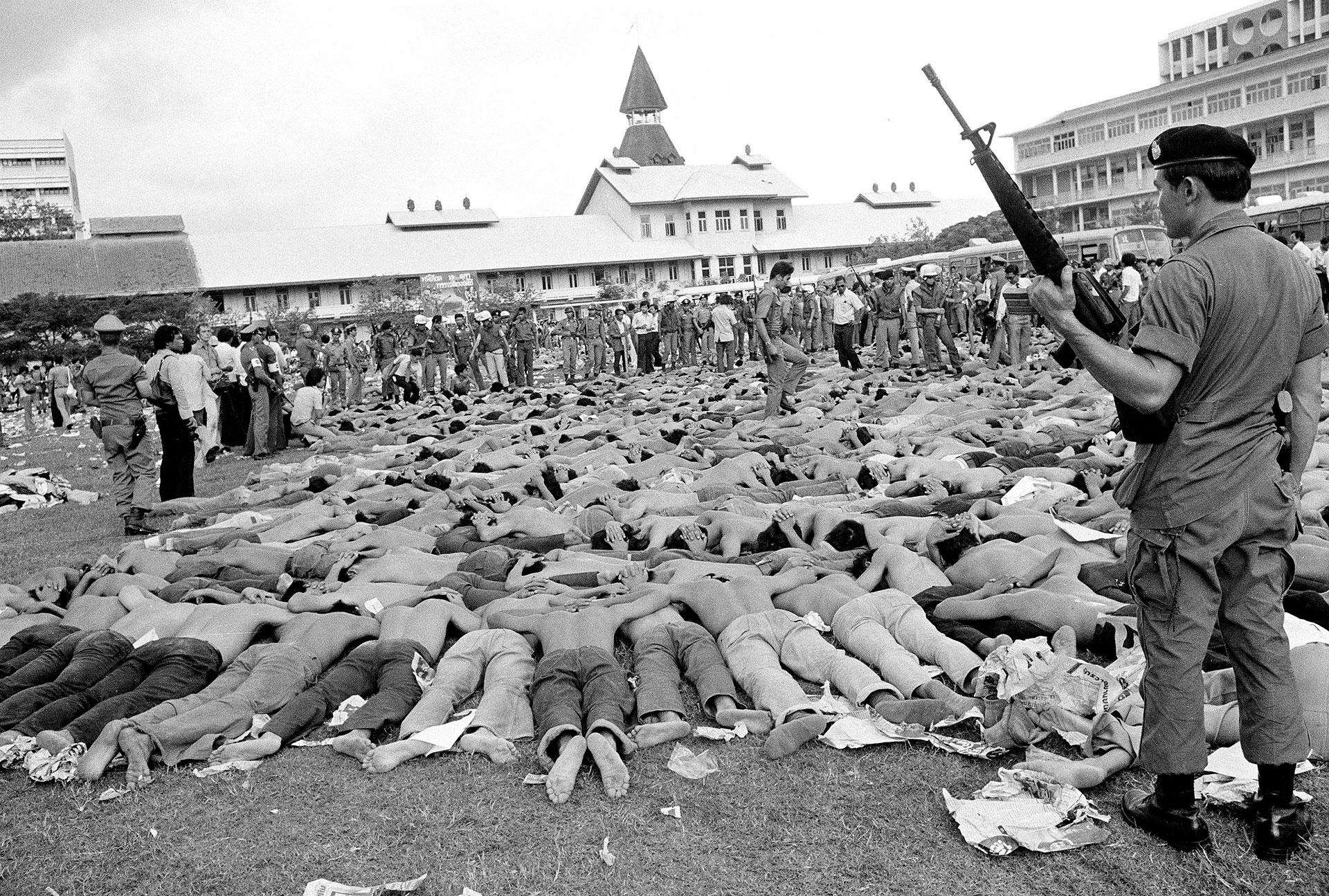 Un soldado custodia a los estudiantes detenidos durante los disturbios en el campus universitario (AP)