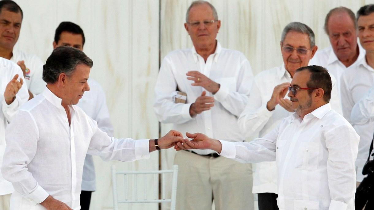 El exmandatario Juan Manuel Santos junto a Rodrigo Londoño, 'Timochenko', jefe negociador de las FARC y hoy senador, en la firma de la paz en Cartagena (Reuters)