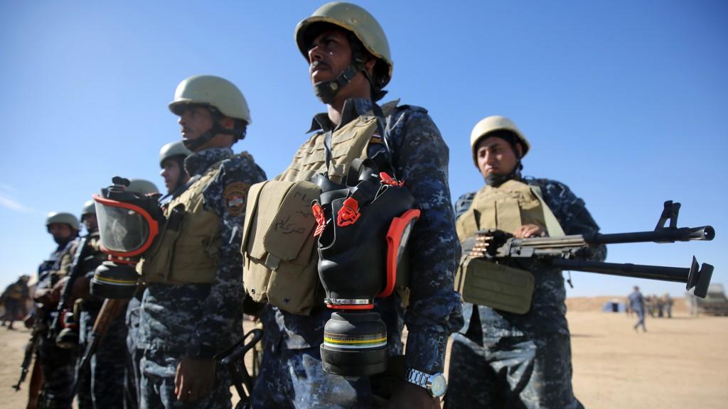 Policía Federal iraquí con máscaras de gas listas para la batalla (AFP)