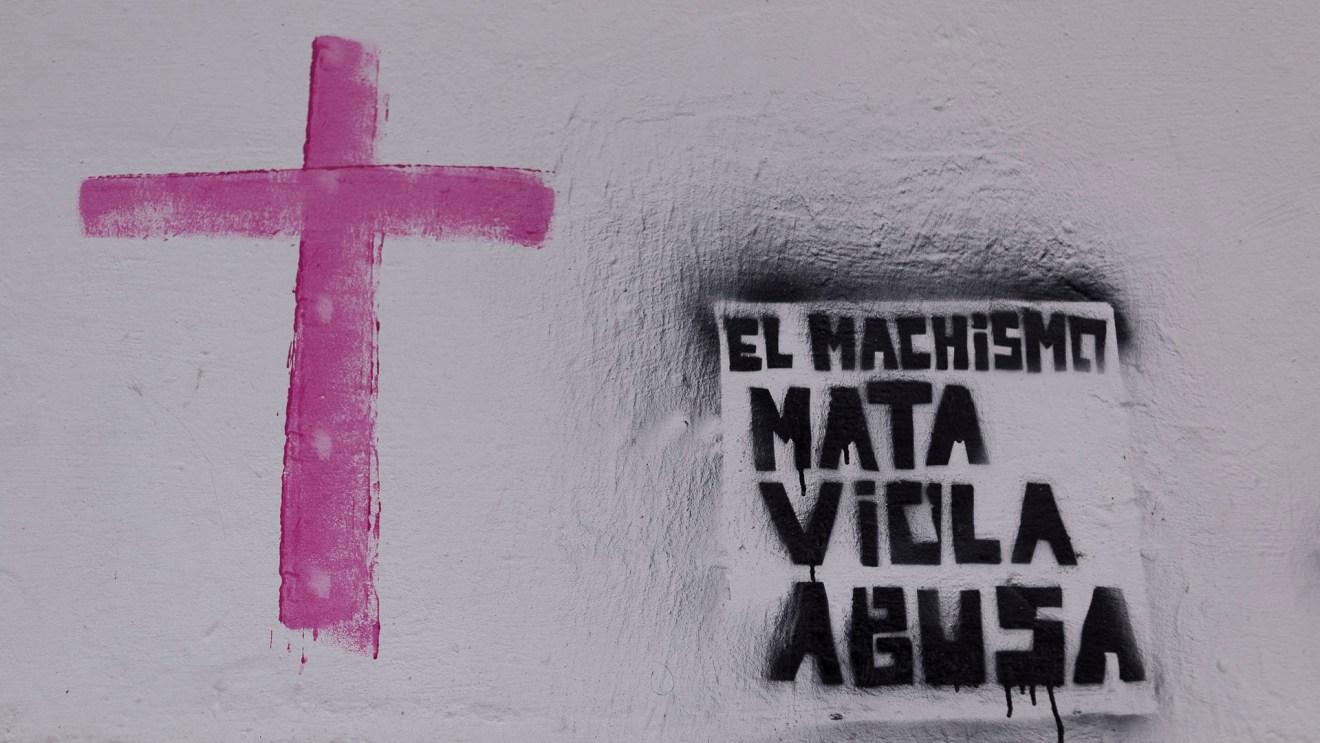 A modo de protesta, los manifestantes pintaron las paredes del Cabildo