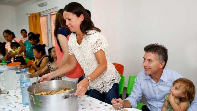 El presidente Mauricio Macri y la ministra Carolina Stanley, durante una visita a un comedor en 2016 (NA)