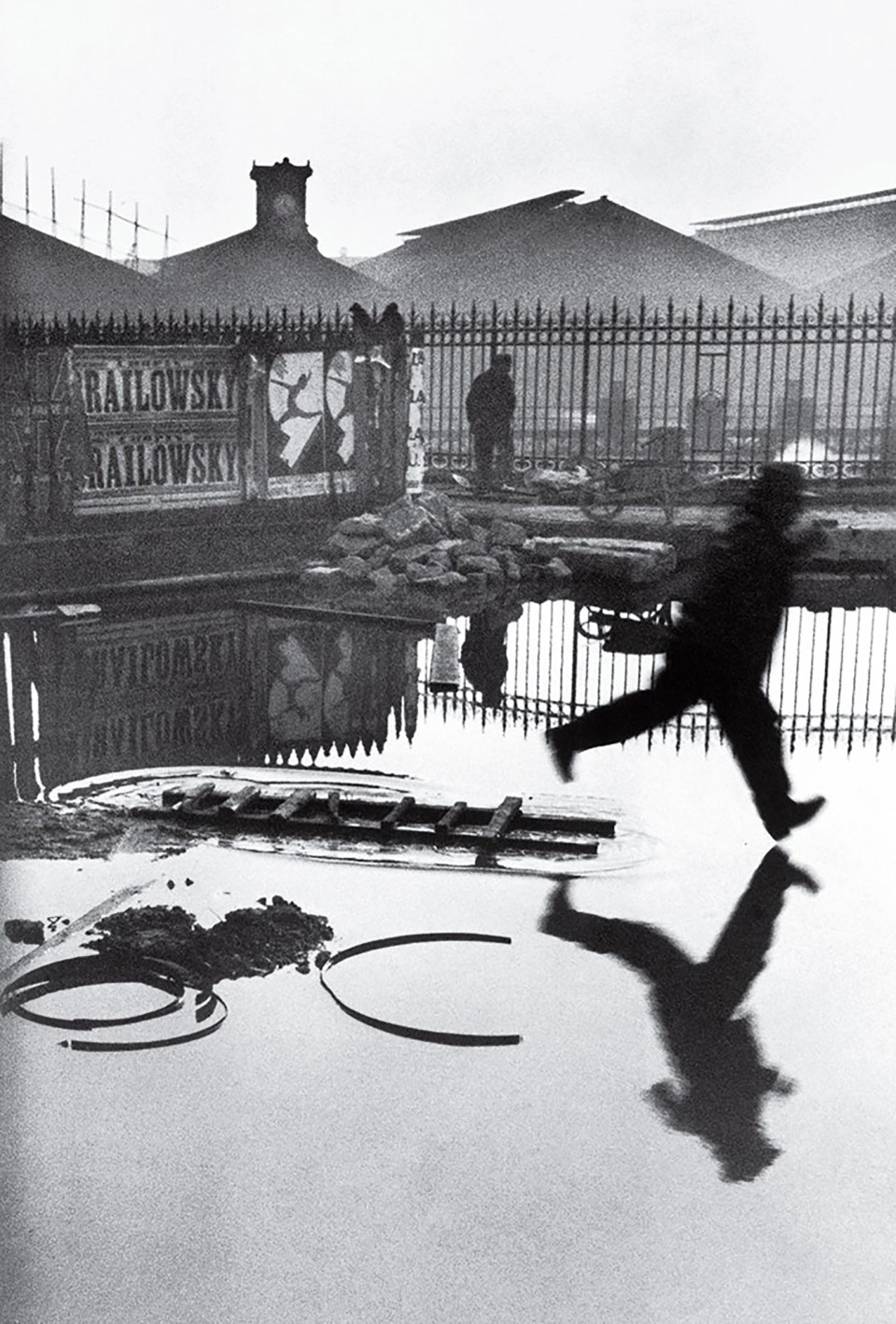 """""""Detrás de la estación de St. Lazare"""" (Henri Cartier-Bresson, Francia, 1932)"""