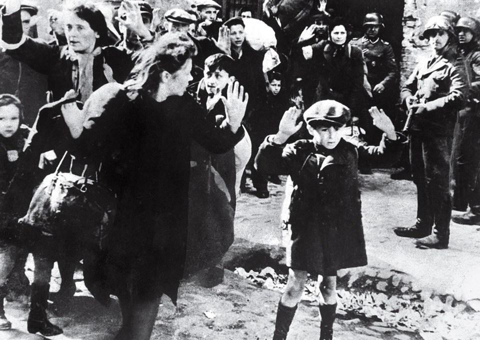 """""""Niño judío se rinde en Varsovia"""" (Desconocido, Polonia, 1943)"""