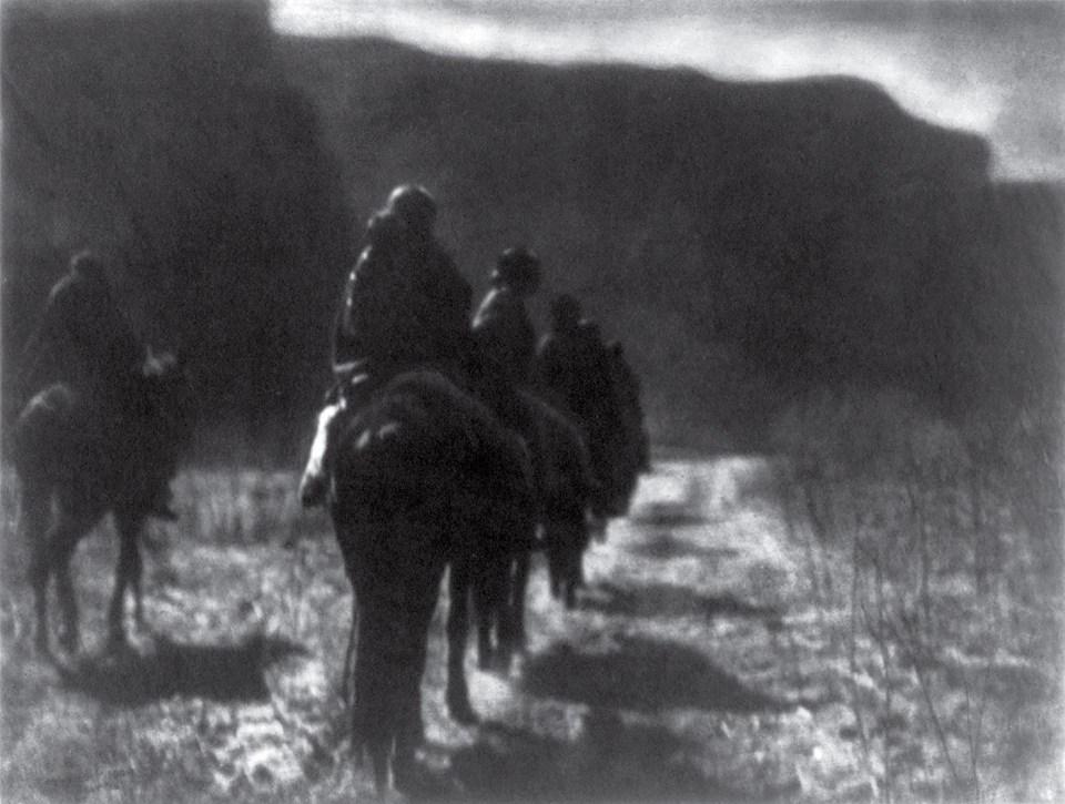 """""""La carrera de la desaparición"""" (Edward S. Curtis, Estados Unidos, 1904)"""