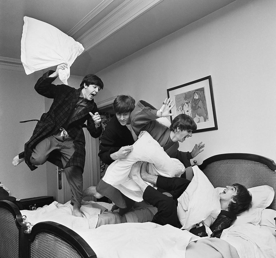 """""""La almohada voladora"""" (Harry Benson, París, 1964)"""