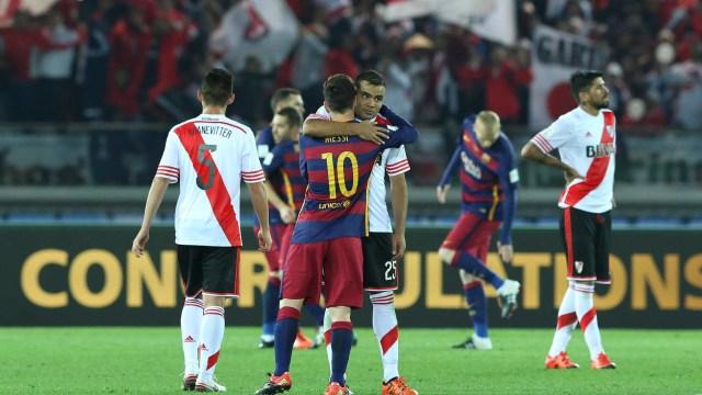 El saludo entre Lionel Messi y Gabriel Mercado tras la final del Mundial de Clubes 2015 (AP)