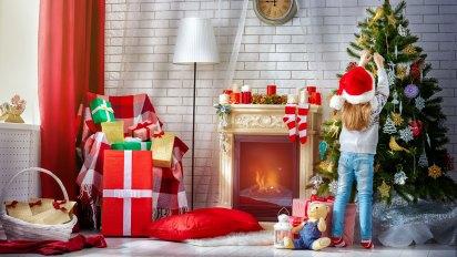 Los niños suelen participar del armado del arbolito colaborando con las decoraciones (iStock)