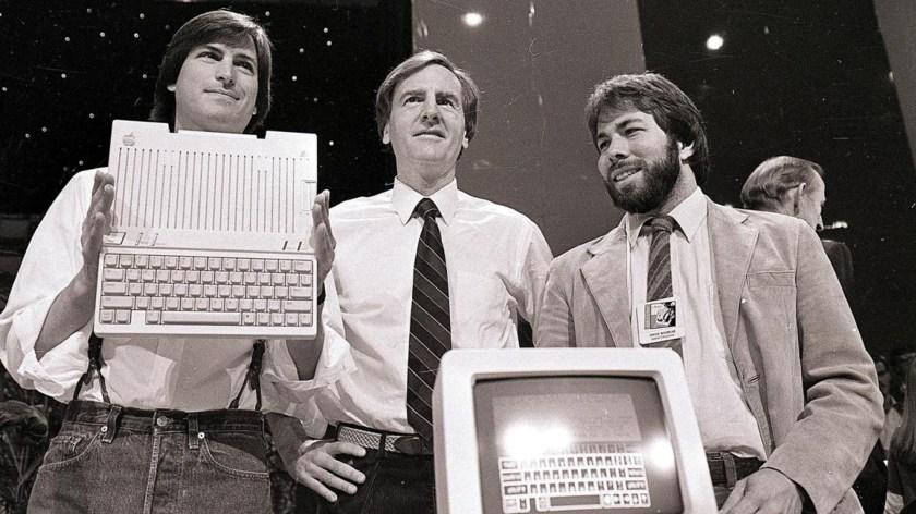 Steve Jobs, John Sculley y Steve Wozniack, en la presentación de la computadora Apple II