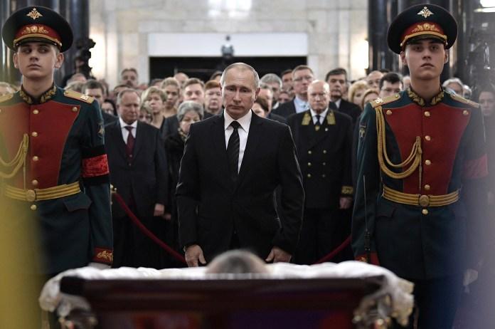 El presidente ruso, Vladimir Putin, en el funeral de Andrei Karlov en Moscú/ AFP PHOTO / SPUTNIK / ALEXEI NIKOLSKY
