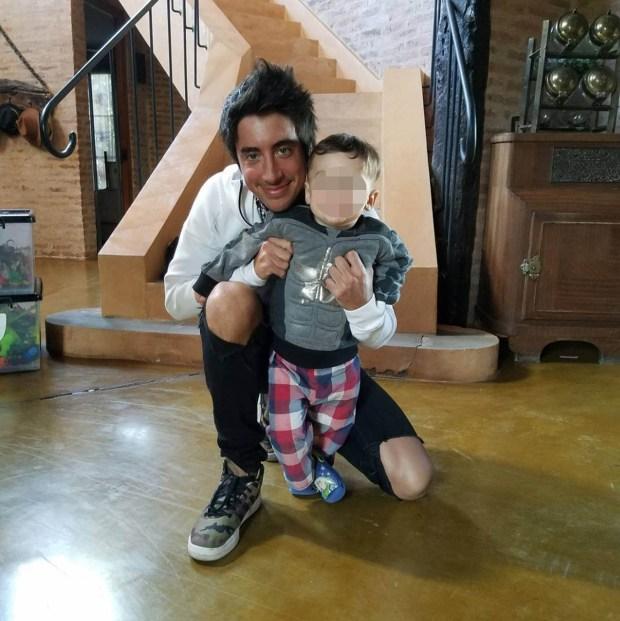 Santiago Vázquez con el pequeño Milo