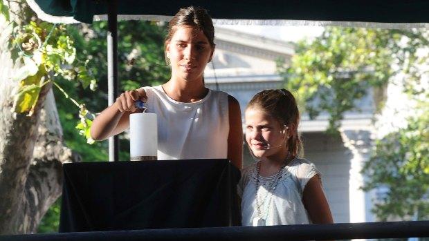 Las hijas del fallecido fiscal (Télam)
