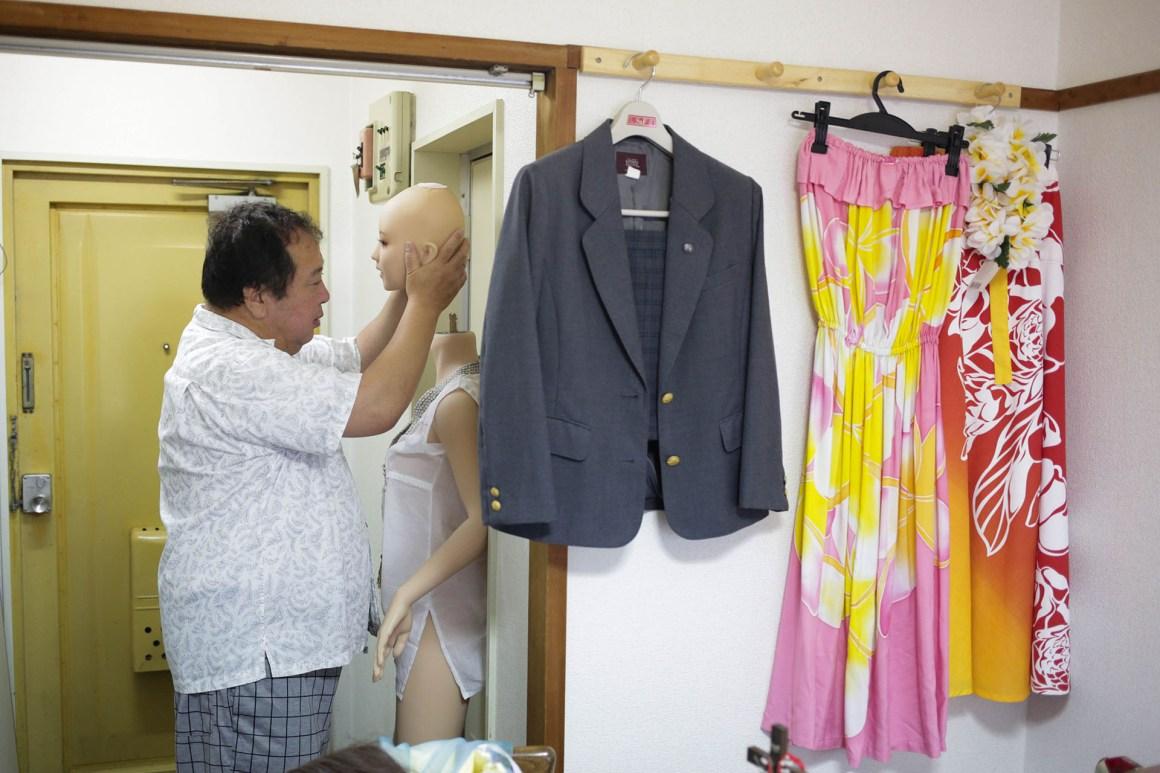 El japonés viste a su novia todas las mañanas