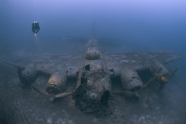 Un B-17G de USAAF hundido cerca de la isla de Vis, Croacia, después de ser alcanzado por el fuego antiaéreo durante un bombardeo sobre Europa en 1944, que mató al copiloto Ernest Vienneau y condujo al fallo del motor. La tripulación sobreviviente escapó en botes. Este espectacular naufragio de un famoso bombardero de la Segunda Guerra Mundial se encuentra en una condición notable y se encuentra a 72 metros. Tomada por Steve Jones