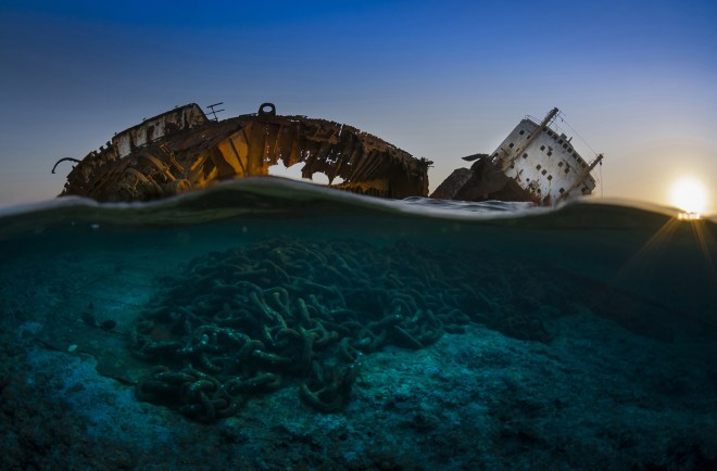 Csaba Tökölyicapturó los restos del naufragio del Louilla que descansa encima del filón de Gordon en el estrecho de Tiran en el borde del Sinaí