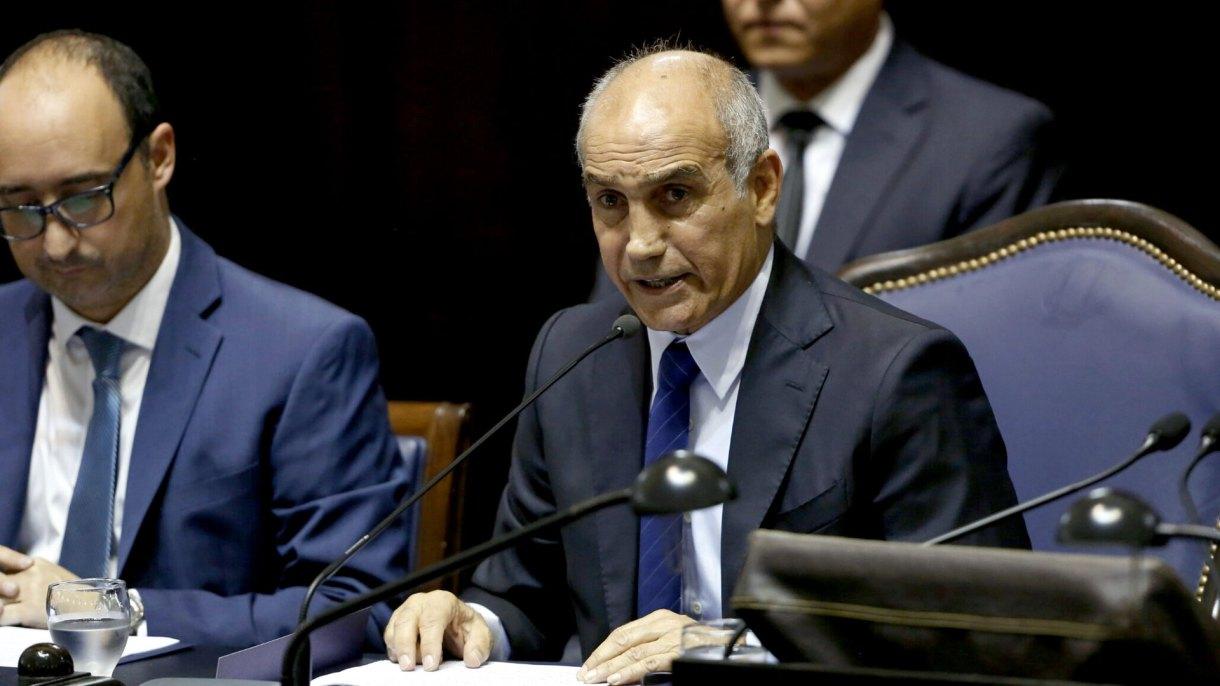Daniel Salvador, el vicegobernador bonaerense, al frente de la sesión en el Senado
