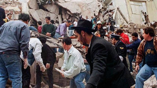 Tras la explosión del coche-bomba frente a la Embajada de Israel murieron 22 personas (NA)