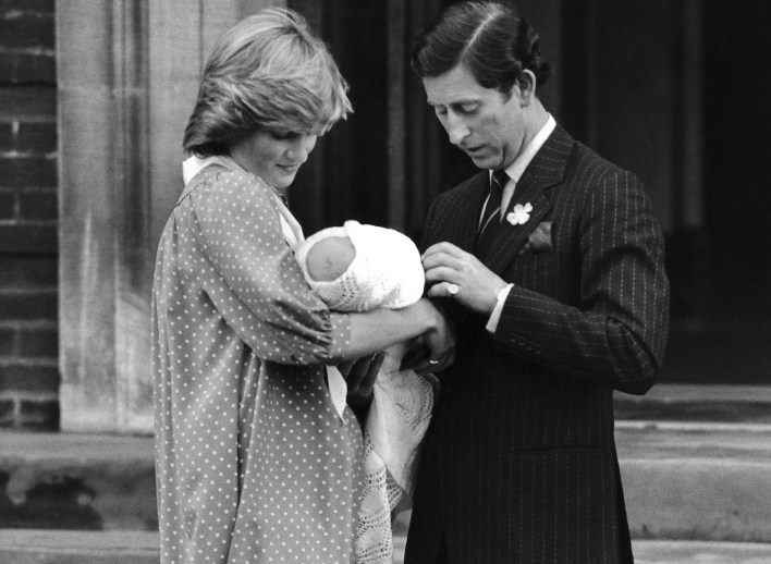 La primera aparición del príncipe Carlos con William, en brazos de su madre Diana Spencer, el 21 de junio de1982.