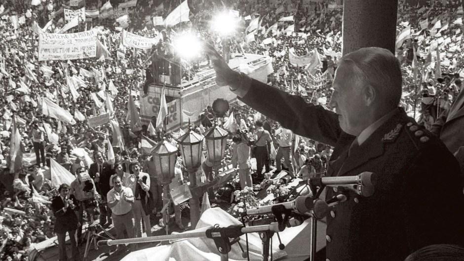 El presidente de facto argentino, Leopoldo Fortunato Galtieri, saluda desde la Casa Rosada a los ciudadanos que se congregaron en la Plaza de Mayo para apoyar la recuperación de las islas Malvinas, el 2 de abril de 1982 (EFE)