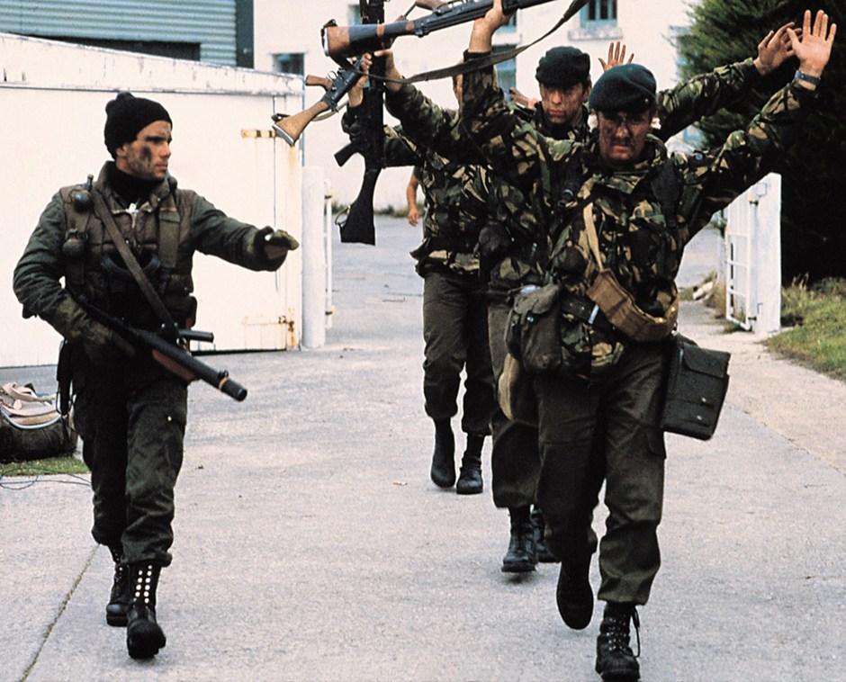 La orden para los comandos argentinos que llevaron a cabo la Operación Rosario fue clara: no se debían producir bajas en las tropas británicas (57 infantes de marina, 11 Royal Marines y 40 miembros de la Fuerza de Defensa de las Islas). A primera hora de la mañana del 2 de abril llega la rendición (Rafael Wollmann)
