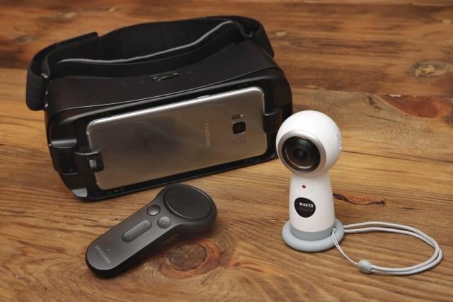 La nueva cámara Samsung Gear 360, a la derecha, el dispositivo de realidad virtual Gear VR, y el controlador son revelados enNuevaYork. (AP Photo/Richard Drew)