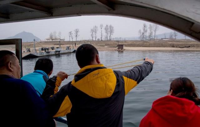 En los cruceros del río Yalu las cosas son mucho más tranquilas y un turista no duda en 'provocar' a los norcoreanos lanzando una piedra en dirección a la frontera