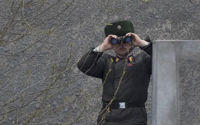 Un soldado vigila la frontera con sus binoculares. Si la frontera entre las dos Coreas es una de las más militarizadas del mundo, el ambiente es mucho más relajado en el límite entre Corea del Norte y China