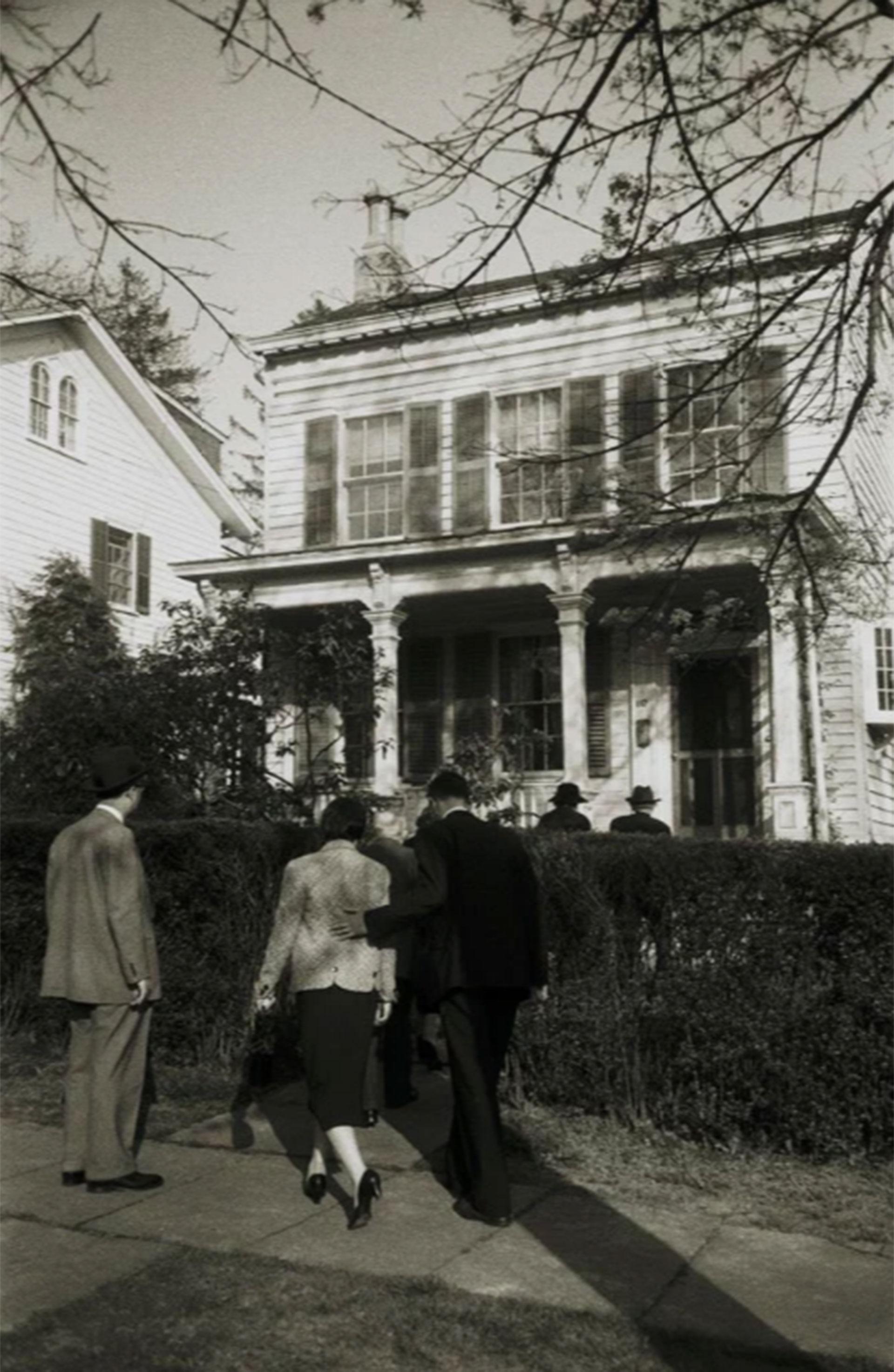 La familia y amigos de Albert Einstein ingresan a la vivienda donde el físico alemán viviera durante 20 años en Princeton (Ralph Morse – Life Magazine – Getty)
