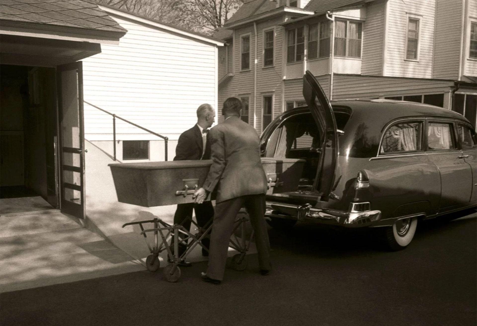 El sencillo ataúd con los restos de Albert Einstein es trasladado de una casa funeraria al crematorio de Princeton (Ralph Morse – Life Magazine – Getty)