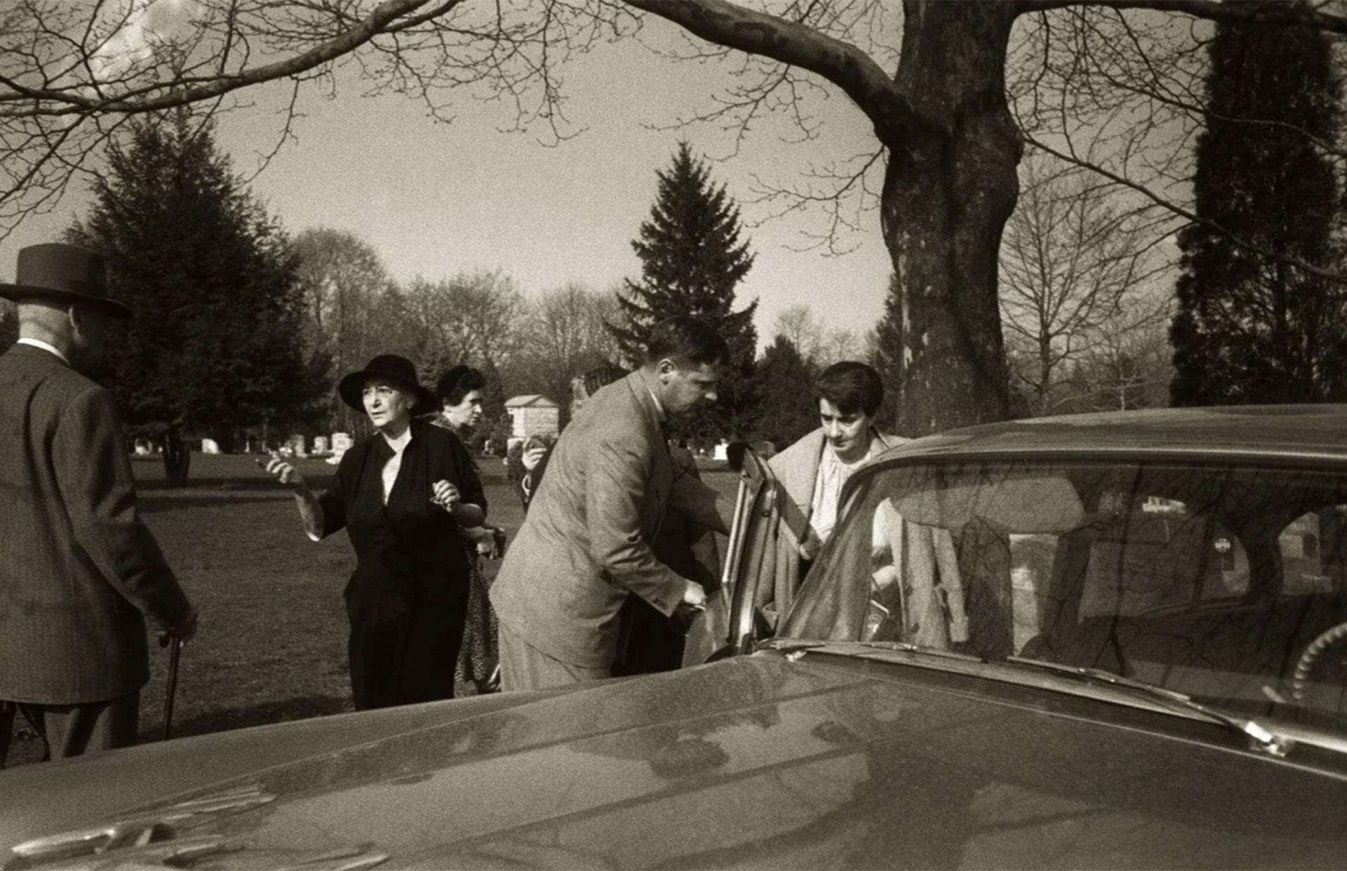 La secretaria de Einstein, Helen Dukas, ingresa al automóvil tras el breve servicio fúnebre (Ralph Morse – Life Magazine – Getty)