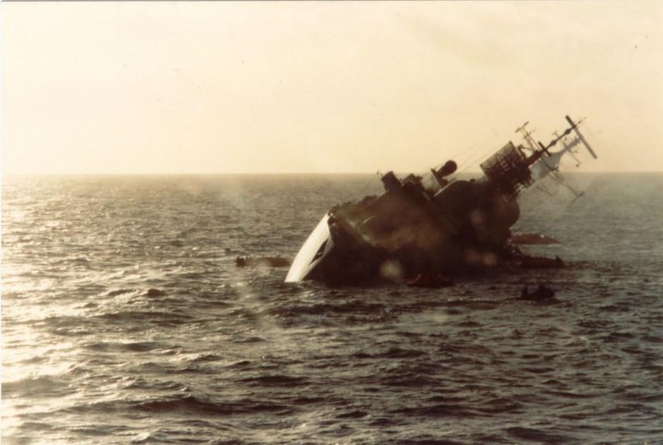 Una de las bombas que dio en el Coventry destruyóla sala de operaciones, la otra entró a la sala del motor delantero y el barco comenzó a escorarse a babor. El ataque causó19 muertos y 30 heridos