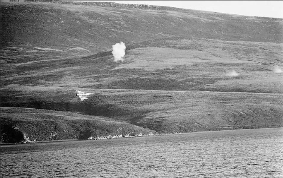 """Ese 1° de mayo a las 6 de la tarde comenzó la """"Batalla Aérea de las Malvinas"""", con 57 salidas aéreas, en misiones de cobertura y ataque a blancos navales británicos. Se lanzaron 20 toneladas de bomba. En total la Fuerza Aérea planeó 505 salidas de combate, de las cuales se cumplieron 445. De esa cifra, 272 misiones llegaron a su objetivo. Se perdieron 70 aviones. Murieron 41aviadores"""
