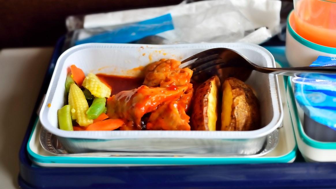 De acuerdo a cada compañía aerolínea y sus políticas de atención, generalmente sirven un refrigerio y un menú de comida que suele tener dos opciones (IStock)