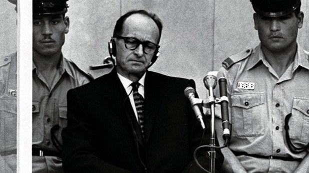 Adolf Eichmann durante su juicio en Jerusalén, adonde fue trasladado desde la Argentina en mayo de 1960