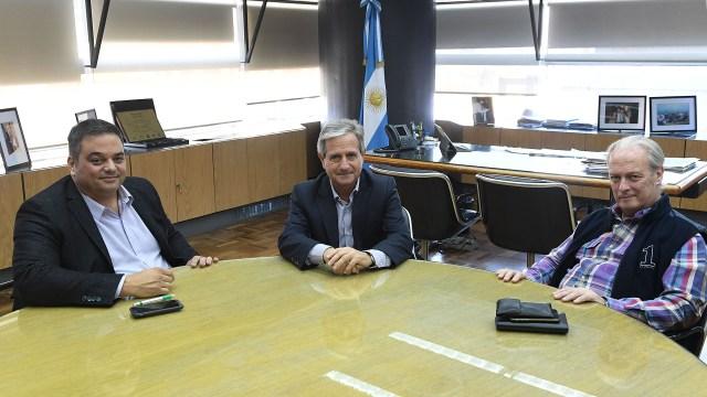 El secretarios de Trabajo, Jorge Triaca, y el de Modernización, Andrés Ibarra, continúan discutiendo salarios con Andrés Rodríguez, de UPCN. (Ministerio de Trabajo)