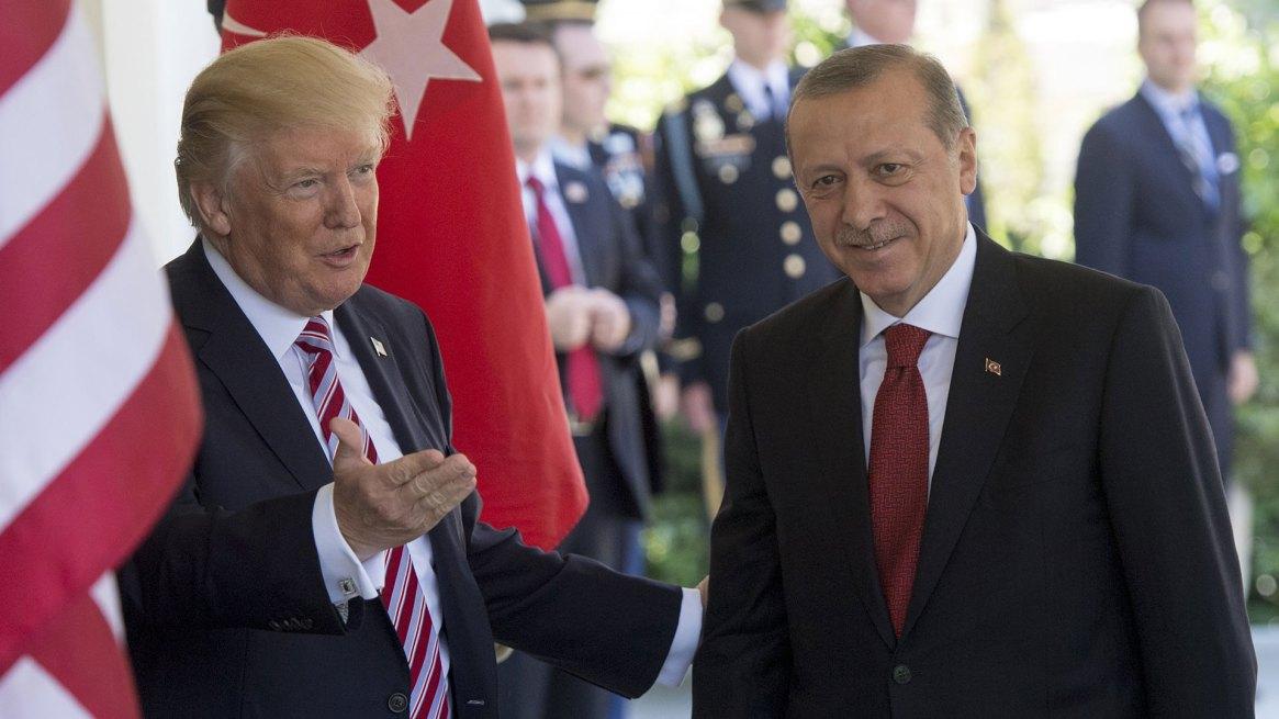 El presidente de los Estados Unidos, Donald Trump, da la bienvenida al presidente turco, Recep Tayyip Erdogan, cuando llega a las reuniones en la Casa Blanca en Washington, DC, el 16 de mayo de 2017 (AFP)