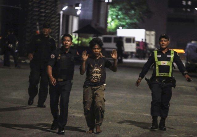 La policía escoltando un trabajador del hotel (Reuters)