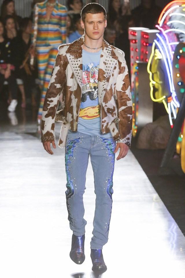 Un sacón de piel de vaca con tachas, remera estampada y jeans bordados (Vogue)