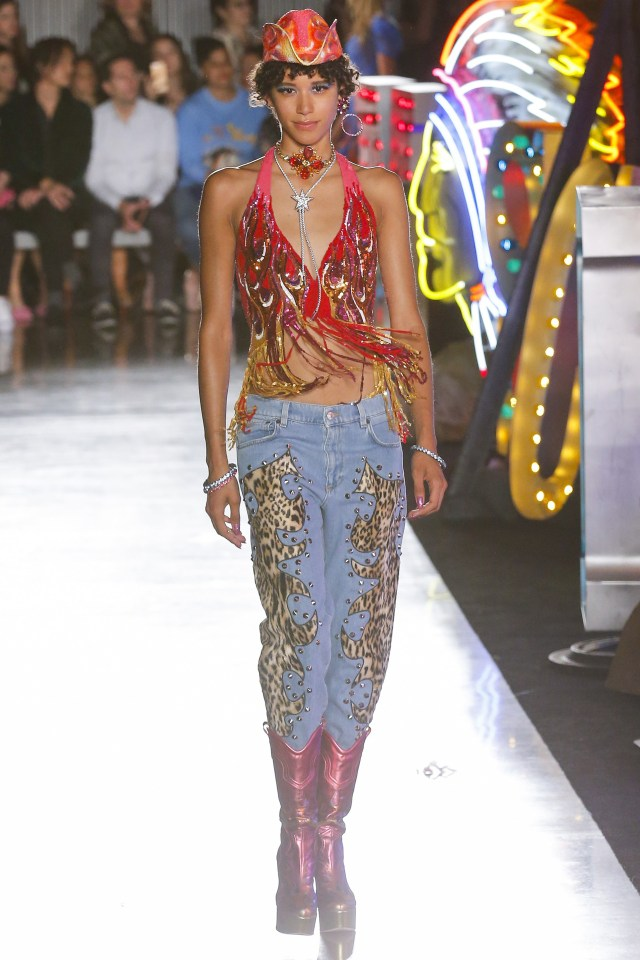Bordado en animal print, top bordado con flecos y botas texanas metalizadas (Vogue)