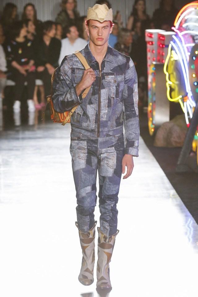 Look total denim. Pantalón y campera con cierre con patchs de diferentes lavados de jeans. Las botas cowboy y el sombrero acompañaron el diseño (Vogue)