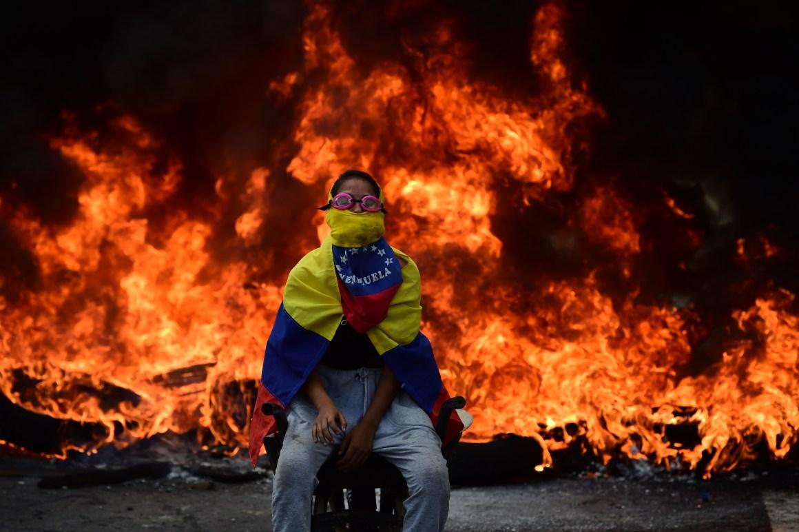 Un opositor en una marcha contra el gobierno de Nicolás Maduro, el 24 de abril de 2017, en Caracas (AFP)