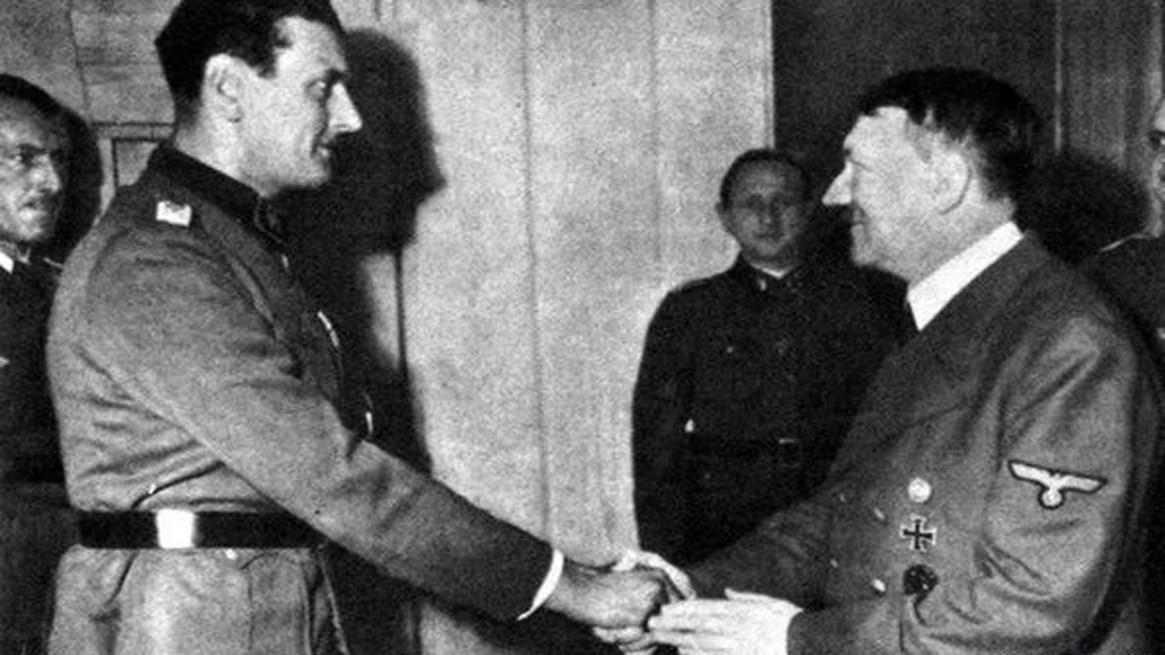 Skorzeny recibe el saludo de Hitler (Gravestone)
