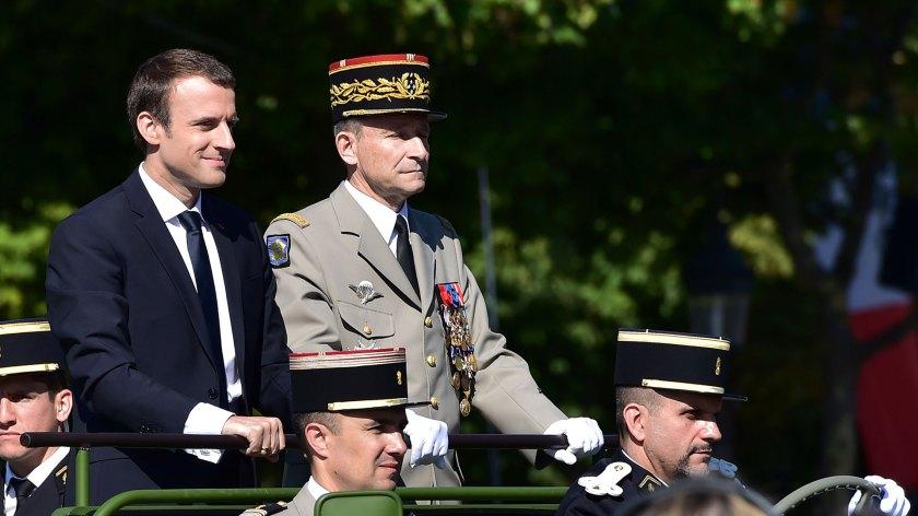 Macron junto a De Villiers durante la Fiesta Nacional de Francia (AFP)