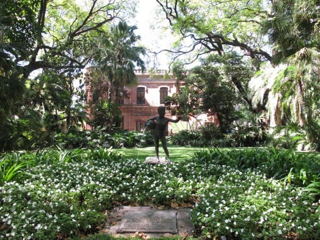 El Jardín Botánico cuenta con cuatro senderos autoguiados: obras de arte, Flora nativa, Árboles de mi Ciudad, Espiritualidad y Reyes del Jardín.
