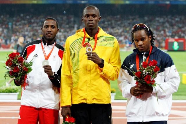 Usain Bolt mostro su medalla de los100 metros con mucha seriedad aquel 17 de agosto de 2008 en Beijing, China (Getty Images)